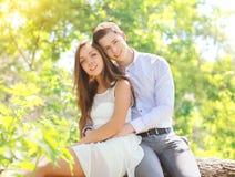 Pares jovenes felices junto en verano soleado Fotografía de archivo