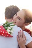 Pares jovenes felices la primera fecha, abrazando imagen de archivo