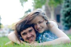 Pares jovenes felices que abrazan en amor Imagen de archivo
