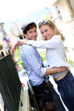 Pares jovenes felices que abrazan en ciudad Fotos de archivo libres de regalías