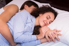 Pares jovenes felices que abrazan en sueño Fotos de archivo