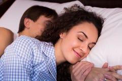Pares jovenes felices que abrazan en sueño Imágenes de archivo libres de regalías