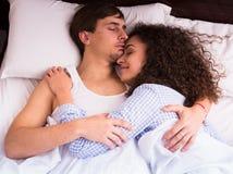 Pares jovenes felices que abrazan en sueño Foto de archivo