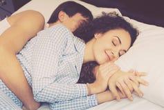 Pares jovenes felices que abrazan en sueño Imagen de archivo
