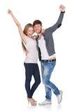 Pares jovenes felices que celebran Imagenes de archivo