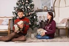 Pares jovenes felices que celebran la Navidad Fotografía de archivo libre de regalías