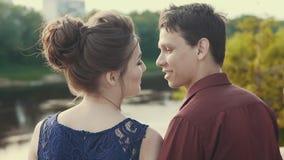 Pares jovenes felices que disfrutan del momento íntimo Momento sensual de amor en la puesta del sol almacen de metraje de vídeo