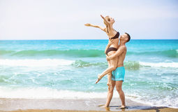 Pares jovenes felices que gozan del mar foto de archivo libre de regalías