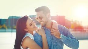 Pares jovenes felices que presentan en puesta del sol al aire libre imágenes de archivo libres de regalías
