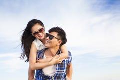 Pares jovenes felices que se divierten Foto de archivo