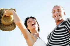 Pares jovenes felices que se divierten al aire libre. Foto de archivo