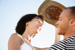 Pares jovenes felices que se divierten al aire libre. Imágenes de archivo libres de regalías