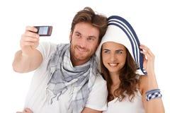 Pares jovenes felices que se fotografían Fotos de archivo libres de regalías