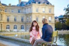 Pares jovenes felices que tienen una fecha en París Imagen de archivo