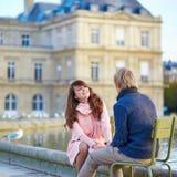 Pares jovenes felices que tienen una fecha en París Fotos de archivo