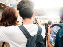 pares jovenes felices que toman el selfie en el festival de música de concierto en cr Foto de archivo