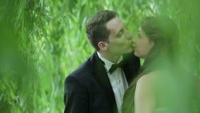 Pares jovenes hermosos de la boda almacen de video
