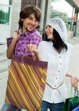 Pares jovenes hermosos después de hacer compras Foto de archivo