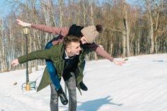 Pares jovenes hermosos en amor en el parque en un día de invierno soleado claro imágenes de archivo libres de regalías