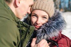 Pares jovenes hermosos en el amor que abraza en el parque en un día de invierno soleado claro fotos de archivo