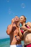 Pares jovenes hermosos en el amor que se divierte en la playa. fotografía de archivo libre de regalías