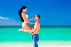 Pares jovenes hermosos en el amor que tiene días de fiesta en el mar. Fotografía de archivo