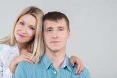 pares jovenes hermosos en estudio Foto de archivo libre de regalías