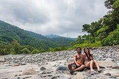 Pares jovenes hermosos en la selva de Brazilean Fotografía de archivo libre de regalías