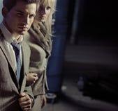 Pares jovenes hermosos que caminan junto en ciudad de la noche Imagenes de archivo