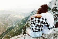 Pares jovenes hermosos que disfrutan de la naturaleza en el pico de montaña Fotos de archivo libres de regalías