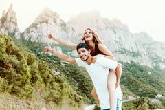 Pares jovenes hermosos que disfrutan de la naturaleza en la montaña Fotos de archivo