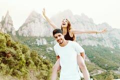 Pares jovenes hermosos que disfrutan de la naturaleza en la montaña Foto de archivo libre de regalías