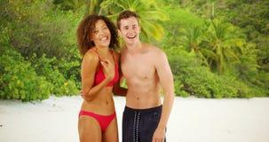 Pares jovenes hermosos que gozan de la playa junto en las Islas Vírgenes Imagen de archivo libre de regalías