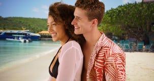 Pares jovenes hermosos que gozan de la playa junto en las Islas Vírgenes Imagen de archivo