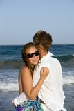 Pares jovenes hermosos que gozan en la playa Imagen de archivo