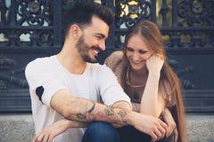 Pares jovenes hermosos que ríen en la ciudad Fotos de archivo