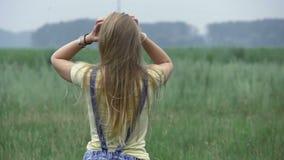 Pares jovenes hermosos que se divierten en un claro del bosque, lanzando una cometa almacen de metraje de vídeo