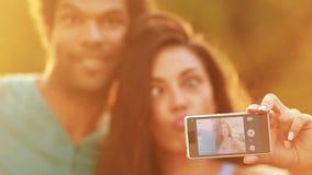 Pares jovenes, hermosos que toman un selfie divertido metrajes