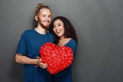 Pares jovenes interraciales felices Foto de archivo libre de regalías