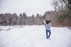 Pares jovenes juguetones al aire libre en invierno foto de archivo