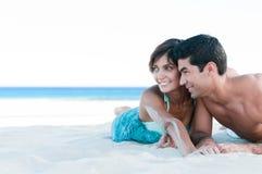 Pares jovenes junto en la playa Foto de archivo libre de regalías