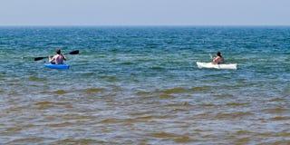 Pares jovenes kayaking Fotografía de archivo libre de regalías