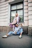 Pares jovenes lindos de las novias de los adolescentes que se divierten, Europa que viaja, citylife moderno de la moda, gente de  Imagen de archivo libre de regalías