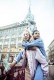 Pares jovenes lindos de las novias de los adolescentes que se divierten, Europa que viaja, citylife moderno de la moda, gente de  Fotos de archivo libres de regalías