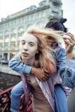 Pares jovenes lindos de las novias de los adolescentes que se divierten, Europa que viaja, citylife moderno de la moda, gente de  Fotografía de archivo