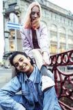 Pares jovenes lindos de las novias de los adolescentes que se divierten, Europa que viaja, citylife moderno de la moda, gente de  Foto de archivo libre de regalías