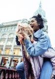 Pares jovenes lindos de las novias de los adolescentes que se divierten, viajando Fotos de archivo libres de regalías