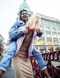 Pares jovenes lindos de las novias de los adolescentes que se divierten, viajando Fotografía de archivo libre de regalías