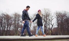 Pares jovenes lindos hacia fuera para un paseo junto Imagenes de archivo