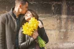 Pares jovenes preciosos que abrazan y que se besan en la calle fotografía de archivo libre de regalías